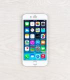 新的iOS 8 1在iPhone 6显示homescreen 免版税库存图片