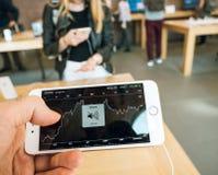 新的iPhone 8和iPhone 8个加号在有储蓄app黏性物质的苹果计算机商店 库存照片