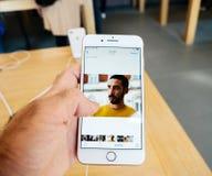 新的iPhone 8和iPhone 8个加号在有照片app bro的苹果计算机商店 库存图片