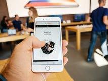 新的iPhone 8和iPhone 8个加号在有苹果计算机手表的苹果计算机商店 免版税库存图片