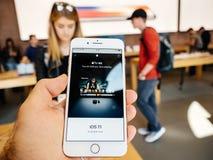 新的iPhone 8和iPhone 8个加号在有苹果计算机电视的4k苹果计算机商店, 库存图片