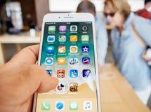 新的iPhone 8和iPhone 8个加号在有buing的前辈的苹果计算机商店 图库摄影