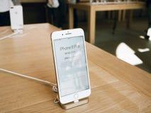 新的iPhone 8和iPhone 8个加号在有iphone价格的苹果计算机商店 免版税图库摄影