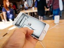 新的iPhone 8和iPhone 8个加号在有iphone比赛的苹果计算机商店 库存图片
