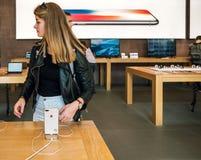 新的iPhone 8和iPhone 8个加号在有iphone的8苹果计算机商店 免版税库存照片