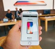 新的iPhone 8和iPhone 8个加号在有iphone的x苹果计算机商店, 库存图片