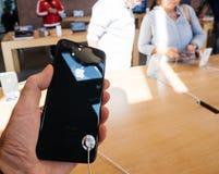 新的iPhone 8和iPhone 8个加号在苹果计算机商店与 免版税库存照片
