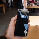 新的iPhone 8和iPhone 8个加号在苹果计算机商店与 免版税库存图片