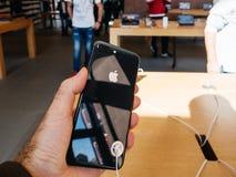 新的iPhone 8和iPhone 8个加号在苹果计算机商店与 库存图片