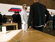 新的iPhone 8和iPhone 8个加号在苹果计算机商店 库存照片