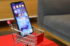 新的Iphone x或十购物车 免版税库存图片