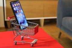 新的Iphone x或十购物车 免版税库存照片