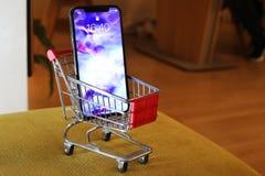 新的Iphone x或十购物车 免版税图库摄影