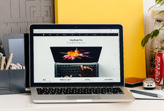 新的MacBook赞成视网膜用使用oled酒吧的接触酒吧人的手 库存照片