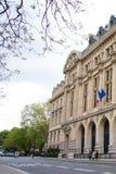 新的Sorbonne大学大厦的门面与法国和欧盟旗子的  库存照片