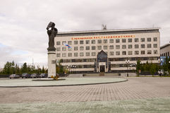 新的Urengoy, YaNAO,在俄罗斯北部 2013年9月1日 其中一个CPSU街道的第26国会的俄罗斯天然气工业股份公司办公室 免版税库存照片
