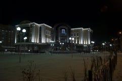 新的Urengoy, YaNAO,在俄罗斯北部 2013年10月19日 在婚礼宫殿的看法在冬天夜 免版税库存图片