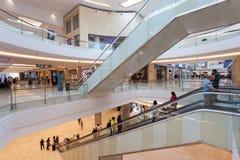 新的Yas购物中心的内部在阿布扎比 免版税库存图片