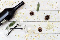 新的Year's庆祝 一个瓶酒和两块玻璃在a 库存照片