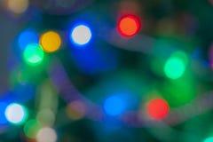 新的Year' 玩具s背景在圣诞树的 库存照片