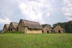 新石器时代的泥,土有茅屋顶的房子村庄在春天m 免版税库存照片