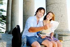新移动的夫妇咨询映射 免版税库存图片