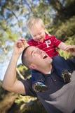 新笑的在肩上父亲和的子项 免版税库存照片