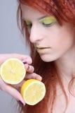 新红发女孩用柠檬。 关闭 免版税图库摄影