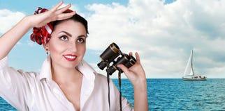 新纵向俏丽的海运视图的妇女 库存照片