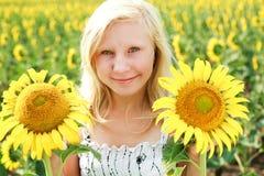 新绿眼的女孩用向日葵 图库摄影