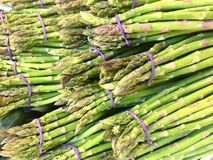 新绿色芦笋销售市场农夫素食主义 库存照片
