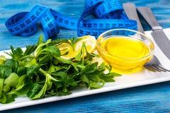 新绿色,沙拉,橄榄油,饮食营养的柠檬概念 库存图片