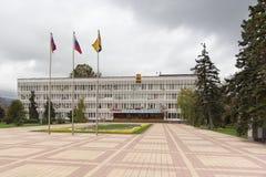 新罗西斯克的城市管理的大厦街道忠告的 多云秋天日 免版税库存照片