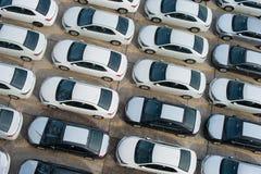 新罗西斯克,俄罗斯- 2017年5月, 18日:很多新的汽车丰田卡罗拉在站点停放了待售 在视图之上 图库摄影