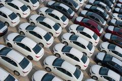 新罗西斯克,俄罗斯- 2017年5月, 18日:很多新的汽车丰田卡罗拉在站点停放了待售 在视图之上 免版税库存照片