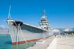 新罗西斯克,俄罗斯- 2015年9月17日, :博物馆巡洋舰米哈伊尔・库图佐夫在论坛区域在城市英雄新罗西斯克的 免版税库存照片