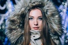 新美丽的女孩冬天纵向 库存图片