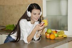 新美丽的女孩的耳机 免版税图库摄影