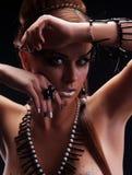 新美丽的女孩赤裸与珊瑚项链 免版税库存图片