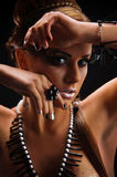 新美丽的女孩赤裸与珊瑚项链 免版税库存照片