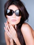 新美丽的妇女佩带的太阳镜 免版税库存照片