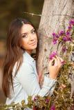新美丽的妇女嗅到花 库存图片