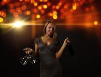 新美丽的妇女用红葡萄酒 图库摄影