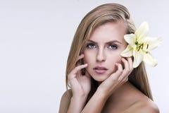 新美丽的妇女的秀丽表面 免版税库存照片