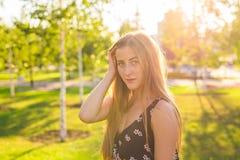 新美丽的妇女纵向 一新和美好年轻时装模特儿摆在的特写镜头画象室外 夏天 库存照片