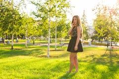 新美丽的妇女纵向 新和美好年轻时装模特儿摆在室外 夏天室外画象 免版税库存照片