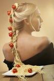 新美丽的妇女艺术照片有意大利面食和蕃茄的他 免版税库存图片