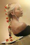 新美丽的妇女艺术照片有意大利面食和蕃茄的他 库存图片
