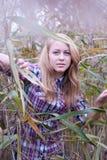 新美丽的白肤金发的妇女特写镜头芦苇的 库存照片
