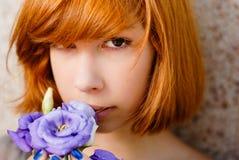 新美丽的红色头发女孩&紫色起来了 图库摄影